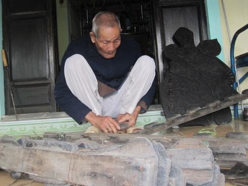 Nghệ nhân Huỳnh Lý hiện thôi hành nghề sản xuất tranh Tết, song thỉnh thoảng lại bày soạn các tấm ván khắc cho đỡ nhớ. Ảnh: Phanxipăng