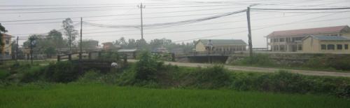Cầu Lu Bụ dẫn vào làng Chuồn. Ảnh: Phanxipăng