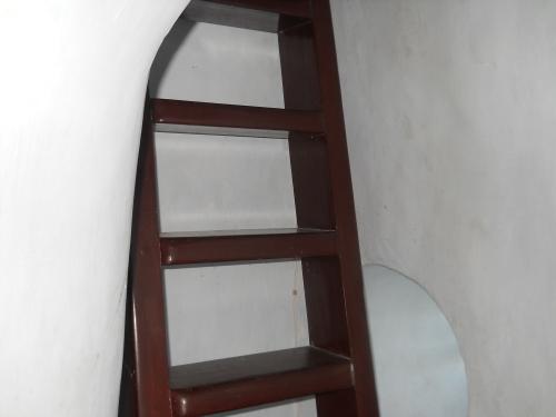 Thang gỗ lim nối tầng thứ 6 lên tầng tháp cao nhất. Ảnh: Phanxipăng
