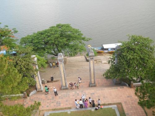 Từ tầng cao nhất của tháp Phước Duyên, nhìn xuống nền đình Hương Nguyện, trụ biểu, đường Nguyễn Phúc Nguyên, sông Hương. Ảnh: Phanxipăng