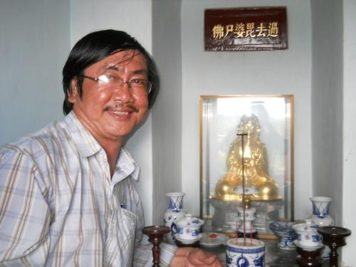 Phanxipăng bên tượng Quá Khứ Tì Bà Thi Phật ở tầng cao nhất (tức tầng 1 theo văn bia của vua Thiệu Trị). Ảnh: Suy Min