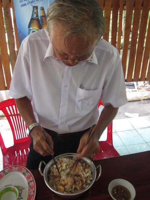 Trần Văn Hùng / Chu Ngạn Thư chế biến gỏi măng cụt. Ảnh: Phanxipăng