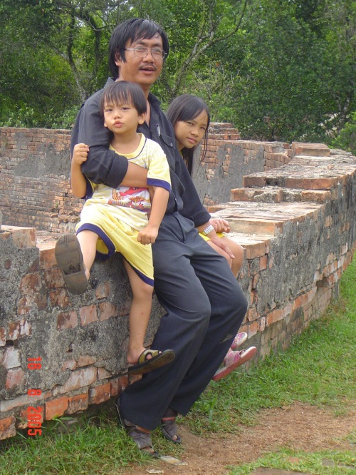 Phanxipăng cùng Rosette và Rock thăm Hổ Quyền ngày 18-8-2005. Ảnh: Trần Ngọc Trị