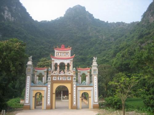 Đền Vực Vông, còn gọi đền Bà Chúa, nơi chân núi Nhiên. Ảnh: Phanxipăng