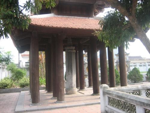 Cột kinh đá cao 4,16m do vua Lê Đại Hành cho dựng năm Ất Mùi 995 trong khuôn viên chùa Nhất Trụ tại thôn Yên Thành, xã Trường Yên. Ảnh: Phanxipăng