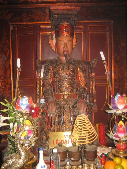 Tại Chính cung đền Lê Đại Hành, tượng vị vua giỏi cầm quân phá Tống, bình Chiêm. Ảnh: Phanxipăng