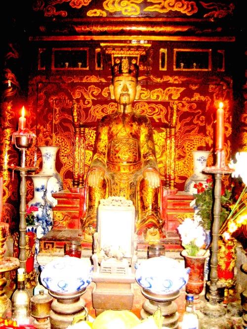 Tại Chính cung đền Đinh Tiên Hoàng, tượng vị hoàng đế đầu tiên của Nhà nước phong kiến trung ương tập quyền ở Việt Nam. Ảnh: Phanxipăng