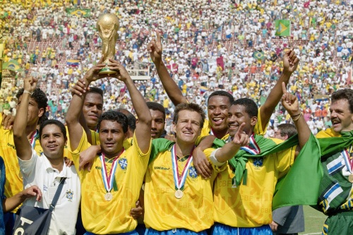 Trận chung kết World Cup '94, Brazil gặp Ý ngày 17-7, hai hiệp chính rồi hai hiệp phụ đều hòa 0:0, đá 5 quả 11m luân lưu thì đội tuyển xứ samba thắng 3:2. Tiền đạo Romário phấn chấn nâng cúp vàng. Ảnh: Ben Radford