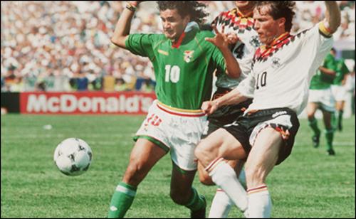Trong trận khai mạc World Cup '94, cặp trung vệ cùng mang áo số 10 là Eycheverry (Bolivia) & Matthaus (Đức) tranh bóng