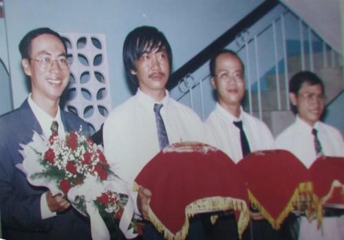 Hôn lễ năm 1999, chuẩn bị rước dâu, trái sang: chú rể Lê Bá Khánh Trình, Phanxipăng, Lê Bá Phương (kỹ sư - em kế Khánh Trình), Hoàng (bác sĩ - bạn thân của Khánh Trình). Ảnh: Minh Du