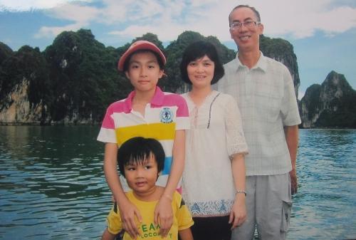 Lê Bá Khánh Trình cùng vợ Phạm Thị Ái Trinh đưa 2 con Các & Kim thăm vịnh Hạ Long. Ảnh: Hà Nhân