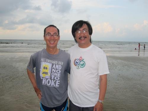 Đôi bạn Lê Bá Khánh Trình & Phanxipăng tại biển Vũng Tàu mùa hè năm 2010. Ảnh: Suy Min