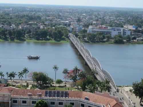 Một phần thành phố Huế với dòng sông Hương & cầu Trường Tiền nhìn từ trên cao. Ảnh: Phanxipăng