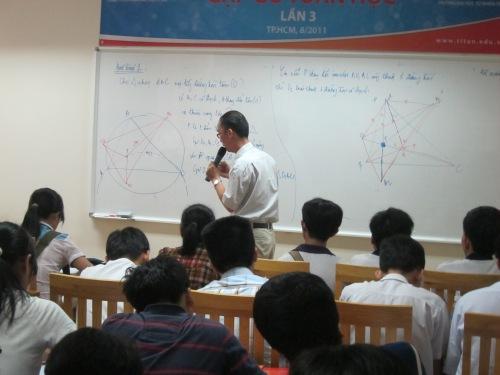 """Lê Bá Khánh Trình giảng dạy hình học cho học sinh chuyên toán trong cuộc """"Gặp gỡ toán học"""" lần III, ngày 8-8-2011. Ảnh: Phanxipăng"""