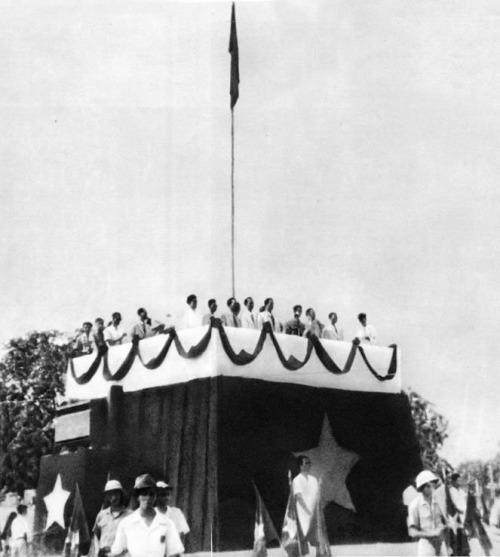 """""""Tuyên ngôn Độc lập"""" do Chủ tịch Hồ Chí Minh đọc tại quảng trường Ba Đình (Hà Nội) ngày 2-9-1945 có đoạn: """"Pháp chạy, Nhật hàng, vua Bảo Đại thoái vị. Dân ta đã đánh đổ các xiềng xích thực dân gần 100 năm nay để gây dựng nên nước Việt Nam độc lập. Dân ta lại đánh đổ chế độ quân chủ mấy mươi thế kỷ mà lập nên chế độ dân chủ cộng hòa."""""""