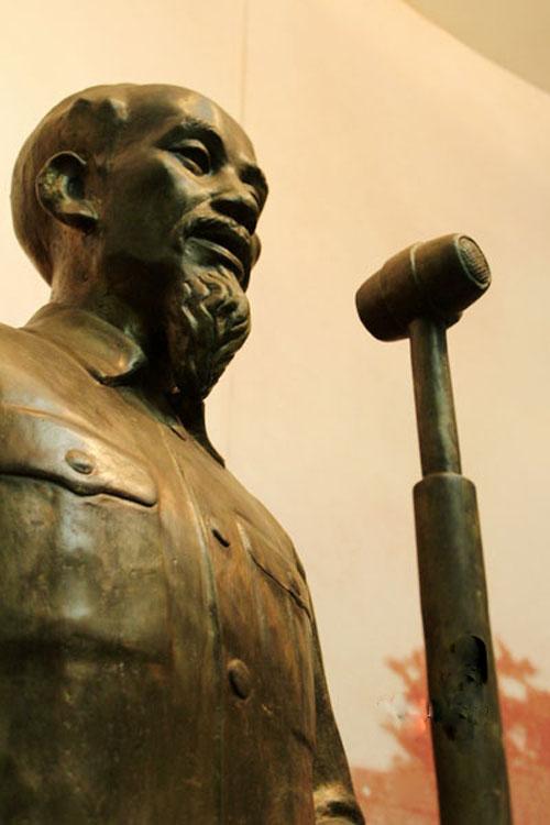 """Từ ngày 24-8-2010, Bảo tàng Cách mạng Việt Nam ở Hà Nội có tượng đồng Hồ Chủ tịch đọc """"Tuyên ngôn Độc lập"""" do điêu khắc gia Tạ Quang Bạo tạc"""