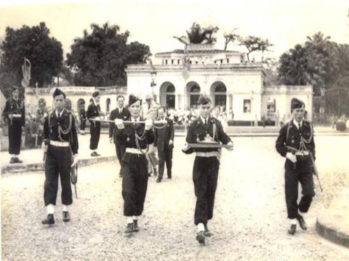 Pháp tổ chức trao lại ấn kiếm cho quốc trưởng Bảo Đại (khiếm diện) tại quảng trường Ba Đình (Hà Nội) tháng 3-1952