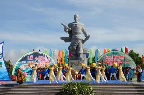 Tượng đá Mạc Cửu cao 7m trong công viên Mũi Tàu ở Hà Tiên. Ảnh: Quang Trưởng