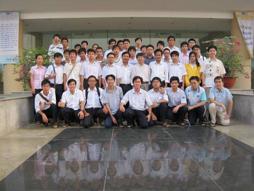 Tháng 1-2010, tại Nhà công vụ Đại học Quốc gia TP.HCM, GS.TS. Ngô Việt Trung (Viện trưởng Viện Toán học) cùng các giáo viên và học sinh tham gia Gặp gỡ toán học lần đầu tiên. Ảnh: Cao Minh Quang
