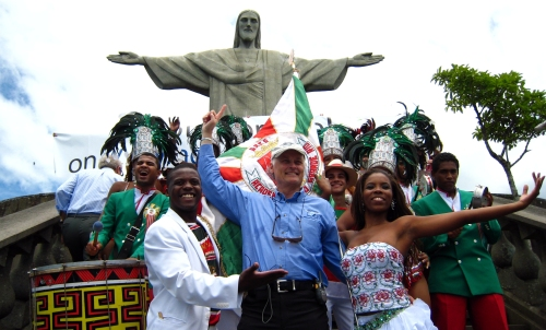 Bernard Weber – chủ tịch NOWC – khoác áo thiên thanh đứng trước tượng Chúa Kitô ở Rio de Janeiro, Brazil. Ảnh: Hélène