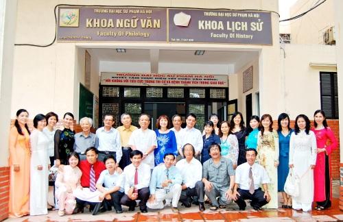 Quý nhà giáo & cựu sinh viên hệ Đặc biệt của khoa Ngữ Văn trường Đại học Sư phạm Hà Nội. Ảnh: Nguyễn Hải Long