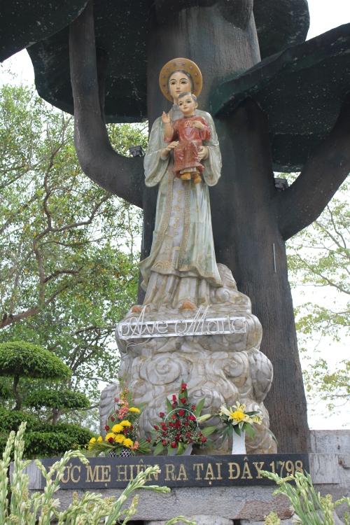 Tác giả tượng Mẹ La Vang nơi Trung tâm Thánh Mẫu toàn quốc ở tỉnh Quảng Trị cũng là người tạc tượng Chúa Kitô trên núi Nhỏ ở Vũng Tàu: Văn Nhân. Ảnh: Phanxipăng