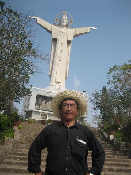 Phanxipăng trước tượng đài Chúa Giêsu Kitô trên núi Nhỏ. Ảnh: Lê Bá Khánh Trình