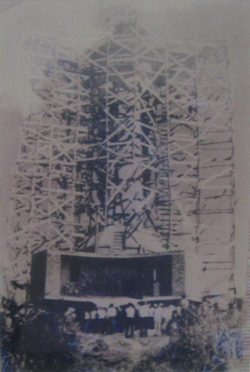 Đổ bê tông dựng tượng Chúa Kitô trên núi Nhỏ năm 1974. Ảnh tư liệu