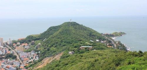 Tượng Chúa Kitô trên đỉnh núi Nhỏ nhìn từ đỉnh hải đăng Vũng Tàu. Ảnh: Phanxipăng