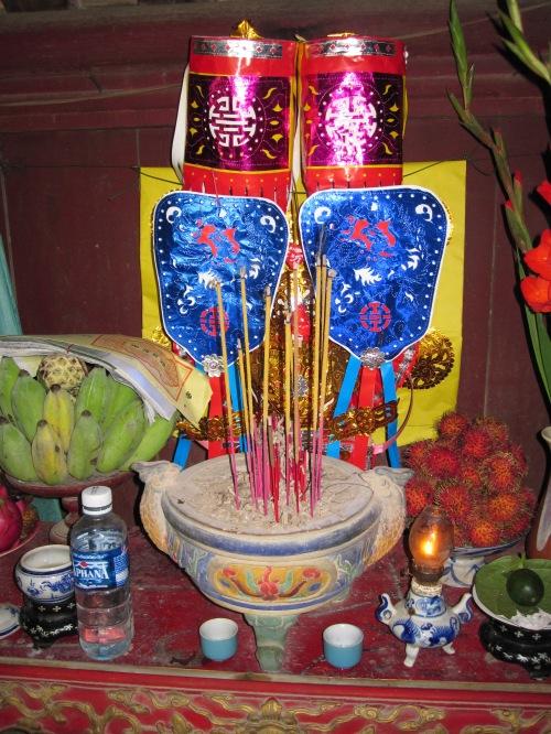 Bàn thờ bà Trần Thị Đạo trên cầu ngói Thanh Toàn. Ảnh: Phanxipăng