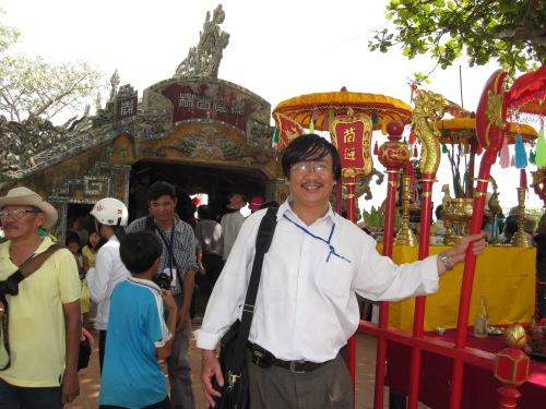 Phanxipăng bên cầu ngói Thanh Toàn dịp Festival Huế 2010. Ảnh: Tôn Nữ Cẩm Nhung