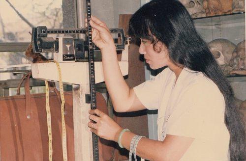 Nữ kỹ thuật viên Trương Thị Sao Mai chuẩn bị dụng cụ cân đo thí sinh dự thi hoa hậu