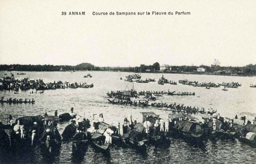 Bưu ảnh Pháp: Course de sampans sur le Fleuve du Parfum /  Đua trãi trên dòng Hương