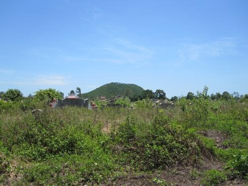 Núi Ngự Bình nhìn từ Đại học Kinh tế Huế. Ảnh: Phanxipăng