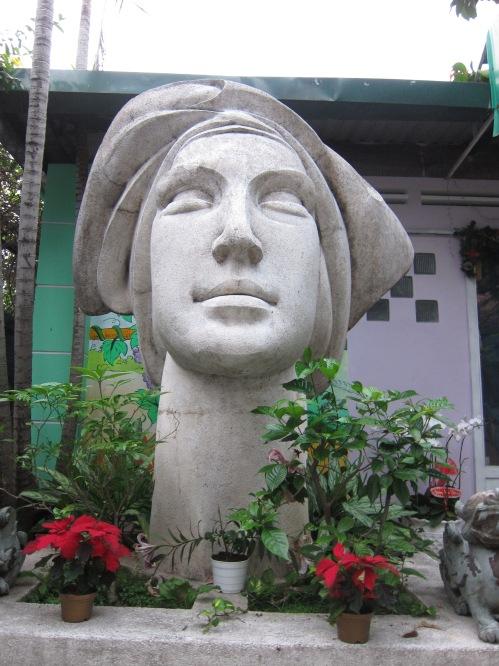 Cô gái Việt Nam. Tượng granito: Lê Thành Nhơn. Ảnh: Phanxipăng