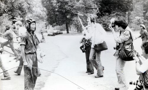 Trưa 30-4-1975, sau khi cắm cờ Mặt trận Dân tộc Giải phóng Miền Nam Việt Nam trên nóc dinh Độc Lập, trung úy Bùi Quang Thận được các phóng viên trong lẫn ngoài nước phỏng vấn. Ảnh: Đinh Quang Thành