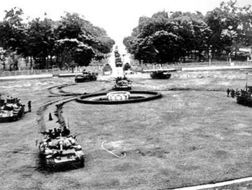 Toàn cảnh đội hình xe tăng lữ đoàn 203 tiến công dinh Độc Lập trưa 30-4-1975. Ảnh: Börries Gallasch