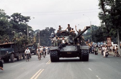 Bộ đội tiến chiếm Sài Gòn ngày 30-4-1975. Ảnh: Tiziano Terzan