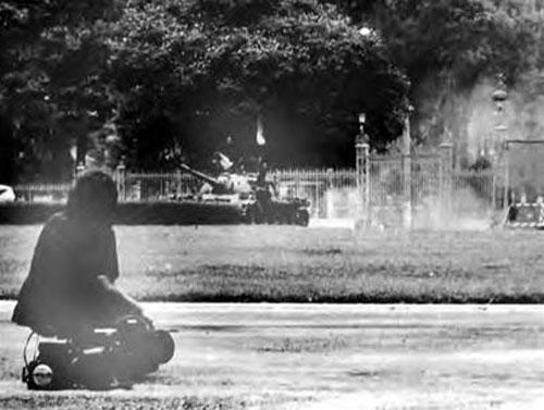 Trưa 30-4-1975, tác nghiệp báo chí tại sân trước dinh Độc Lập vào thời khắc lịch sử. Ảnh: Françoise Demulder