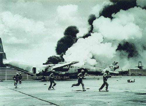 Chiến sĩ quân đoàn 3 đánh chiếm sân bay Tân Sơn Nhất. Ảnh: Đinh Quang Thành