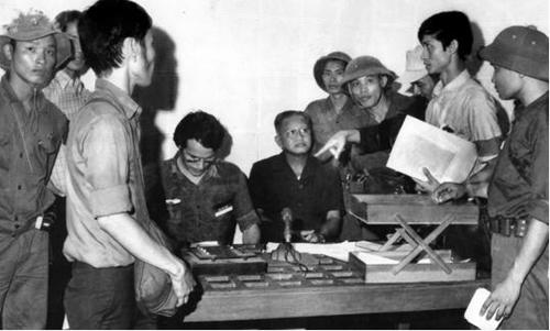 Trưa 30-4-1975, tại Đài Phát thanh Sài Gòn, nhà báo Börries Galassch chuẩn bị ghi âm lời tuyên bố đầu hàng vô điều kiện của Tổng thống Dương Văn Minh. Ảnh: Kỳ Nhân