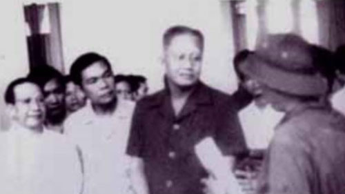 Thượng tá Bùi Tín (phó tổng biên tập báo Quân Đội Nhân Dân – đội mũ cối) gặp nội các Dương Văn Minh trong dinh Độc Lập ngày 30-4-1975. Ảnh: AP