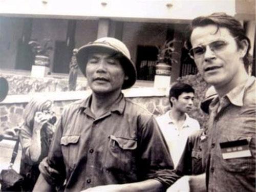 Nhà báo Börries Gallasch & trung tá chính ủy Bùi Văn Tùng tại dinh Độc Lập ngày 30-4-1975
