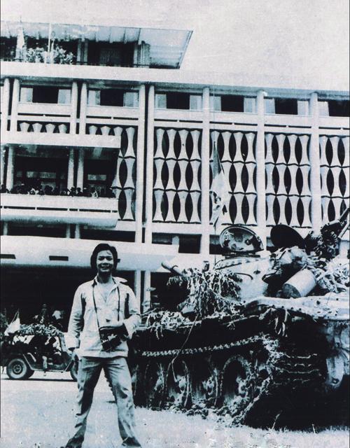 Hoàng Văn Cường (phóng viên hãng UPI) trong khuôn viên dinh Độc Lập ngày 30-4-1975