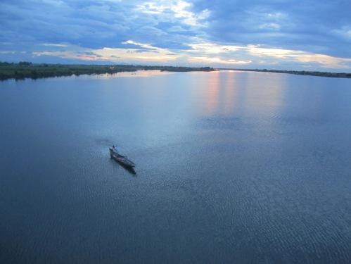 Sông Hương hoàng hôn nhìn từ đập Thảo Long, quốc lộ 49B, huyện Phú Vang. Ảnh: Phanxipăng