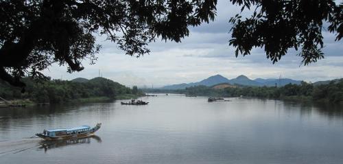 Sông Hương nhìn từ núi Ngọc Trản, phường Hương Hồ, thị xã Hương Trà. Ảnh: Phanxipăng