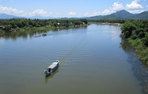Sông Hương nhìn từ cầu Tuần. Ảnh: Phanxipăng