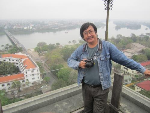 Phanxipăng với hậu cảnh là sông Hương, đoạn chảy qua cầu Trường Tiền. Ảnh: Út Duyên