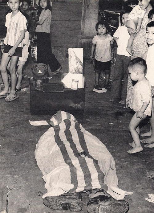 Một đám ma giả trên lề phố Sài Gòn ngày 30-4-1975. Ảnh: George Esper