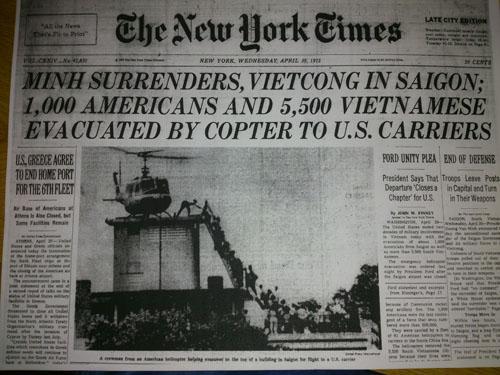 """Nhật báo New York Times 30-4-2015 giật manchette """"Minh đầu hàng, Việt Cộng vào Sài Gòn; 1.000 người Mỹ và 5. 500 người Việt di tản bằng máy bay trực thăng của hàng không mẫu hạm Mỹ"""" có in ảnh của Hubert van Es"""